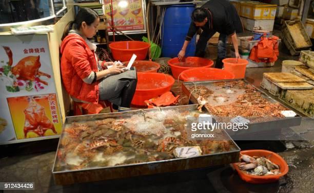 pescados y mariscos frescos para la venta en el mercado nocturno de xiamen, provincia de fujian, china - xiamen fotografías e imágenes de stock