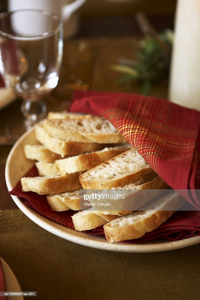 Fresh sliced bread on plate, close-up : Stockfoto