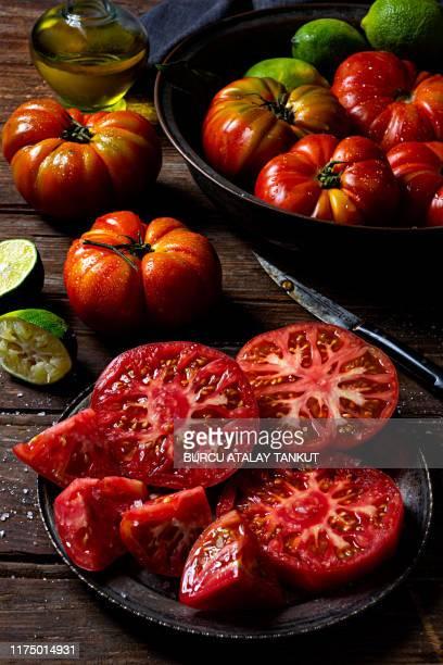 fresh sliced tomatoes on wooden background - sal de cozinha - fotografias e filmes do acervo