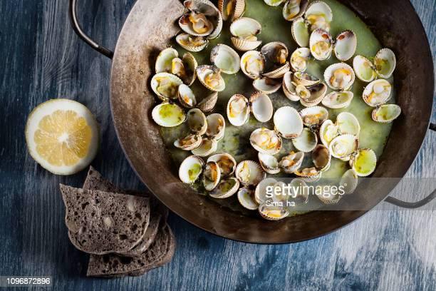 frescas almejas al vapor - pescado y mariscos fotografías e imágenes de stock