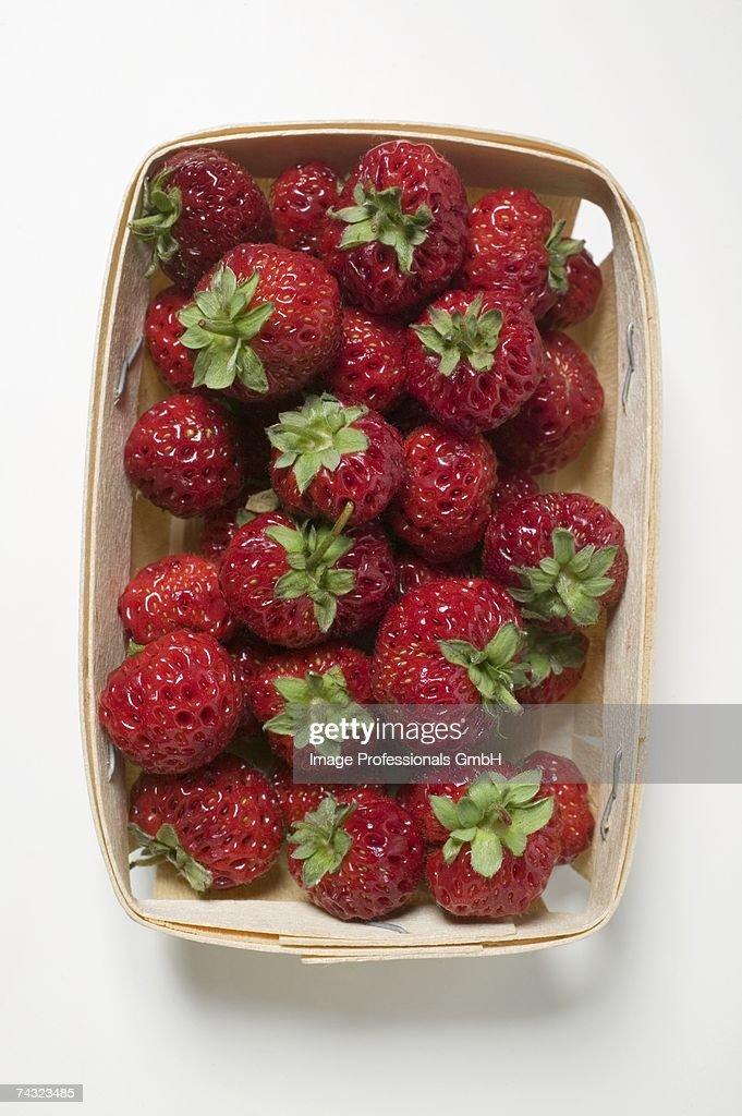Fresh strawberries in woodchip basket : ストックフォト