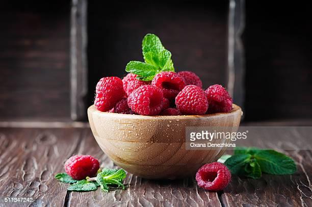 fresh sweet raspberry on the wooden table - lampone mora di rovo foto e immagini stock