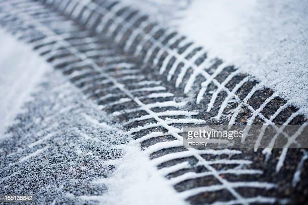 新鮮なタイヤトラックの雪