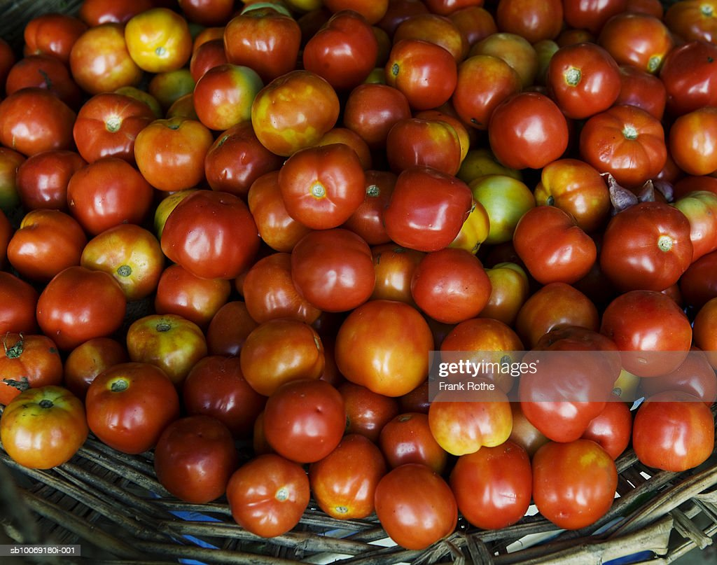 Fresh tomatoes in wicker basket, close-up : Stockfoto