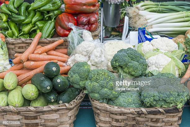 fresh vegetables at farmers market, san sebastian, guipuzcoa province, comunidad autonoma del pais vasco, spain - pais vasco fotografías e imágenes de stock