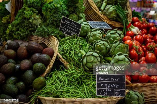 fresh vegetables sold at market - fraîcheur photos et images de collection