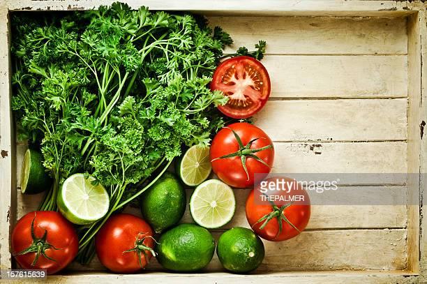 Frisches Gemüse in einem vintage Holzkiste