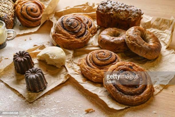 Versgebakken brood op houten tafel