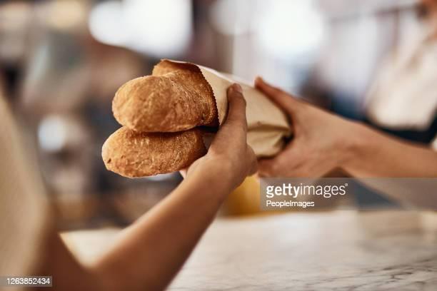 焼きたてのパン、人生で最も簡単な楽しみの一つ - パン屋 ストックフォトと画像