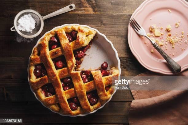 frisch gebackener kirschkuchen mit gitter-top - scheibe portion stock-fotos und bilder