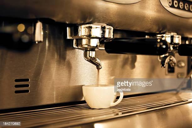 Estrellas expresso caliente recién preparado en la máquina para una taza