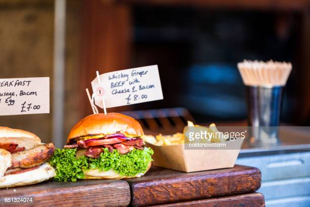 freshly flame grilled burgers displayed in a row at borough market, london - borough market - fotografias e filmes do acervo