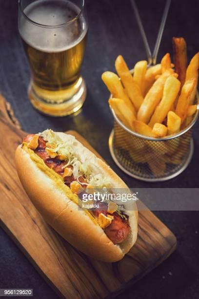cachorro-quente fresco grelhado - comida de pub - fotografias e filmes do acervo