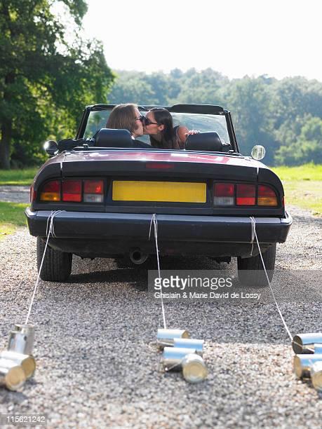 Frisch verheiratet paar Küssen im Auto