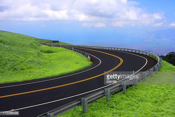 Recién empedrado carretera con curvas