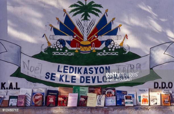 Fresque portant la mention 'L'education est la cle du developpement' en creole sur la facade d'une ecole a PortauPrince Haiti