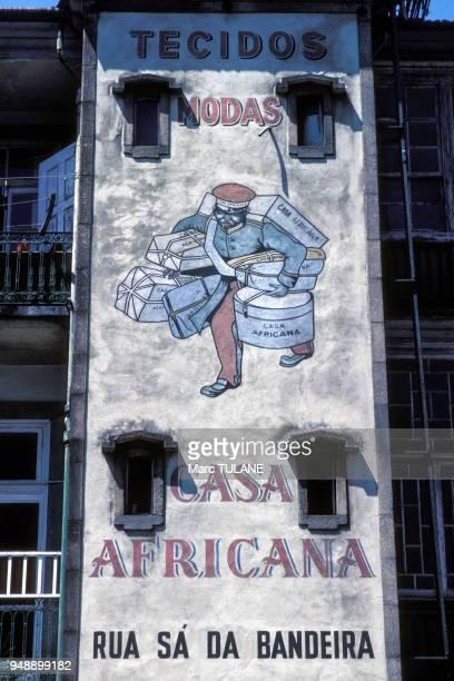 Fresque publicitaire ancienne Casa Africana sur un immeuble de Porto en septembre 1986 Portugal
