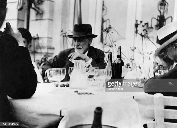 Freud Sigmund *06051856Wissenschaftler Psychoanalytiker Österreich mit Ehefrau Martha und Tochter Anna undatiert