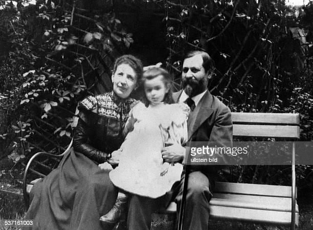 Freud Sigmund Wissenschaftler Psychoanalytiker Österreich mit Ehefrau Martha und Tochter Anna im Garten der Berggasse 19 in Wien 1898