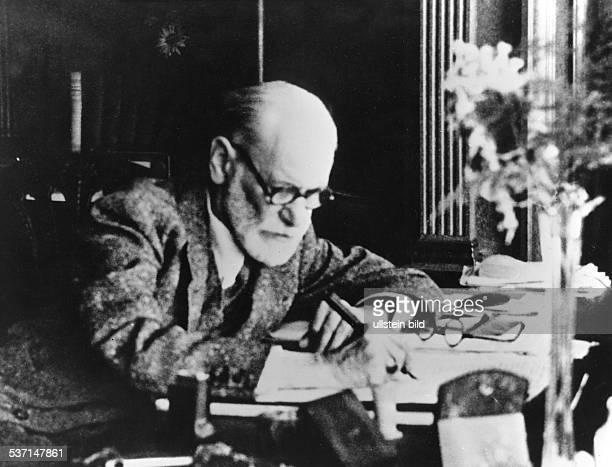 Freud Sigmund Wissenschaftler Psychoanalytiker Österreich Porträt am Schreibtisch undatiert