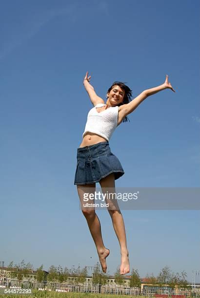 Freude, Spass, Glück, junge Frau macht einen Luftsprung