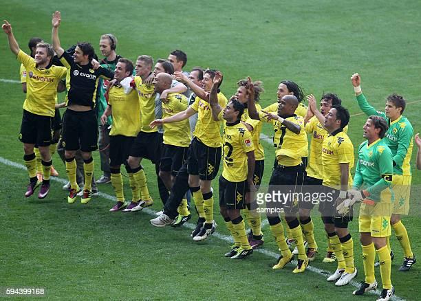 Freudentanz der BVB Spieler vor der Fankurve Fussball Bundesliga Deutscher Fussball Meister 2010 / 2011 Borussia Dortmund nach dem Spiel gegen den 1...