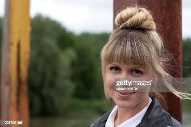 Freundliches Lächeln einer jungen Frau