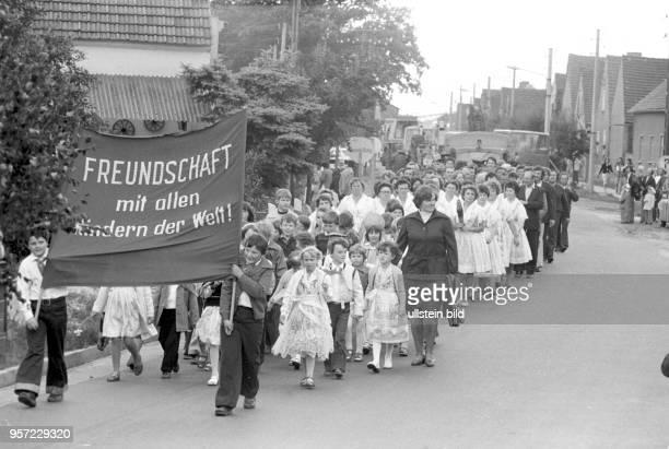 """""""Freundschaft mit allen Kindern der Welt"""" steht auf einem Transparent beim Festumzug zum Fest der Sorbischen Kultur am in der Gemeinde Heinersbrück..."""