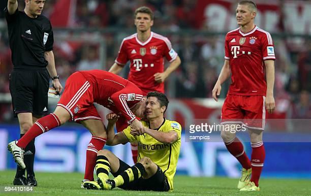 freundschaftöiche Geste Toni KROOS FC Bayern München mit Robert Lewandowski Borussia Dortmund 1 Bundesliga Fussball FC Bayern München Borussia...