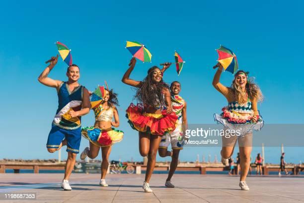 frevo im ground zero quadrat - karneval von rio de janeiro stock-fotos und bilder