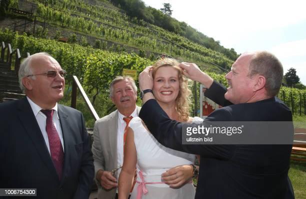 Freyburg Unstrut SaaleUnstrutWeinkönigin Gebietsweinkönigin Jenny Meinhardt Weinkönigin erhät eine neue Krone die von Juwelier Weiss aus Halle...