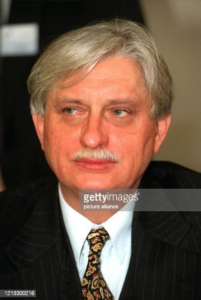 früherer tschechischer Außenminister Vorsitzender der Freien Demokraten Tschechiens Aufgenommen am bei einer Pressekonferenz in Bonn wo Dienstbier an...