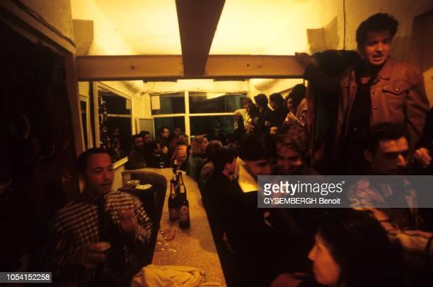 Féria de pentecôte à Nîmes le 21 mai 1991. Inès DE LA FRESSANGE et son mari Luigi D'URSO dans un bar bondé.