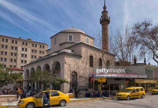 friday prayer with crowds at corakkapi mosque and taxi station , izmir. - emreturanphoto fotografías e imágenes de stock