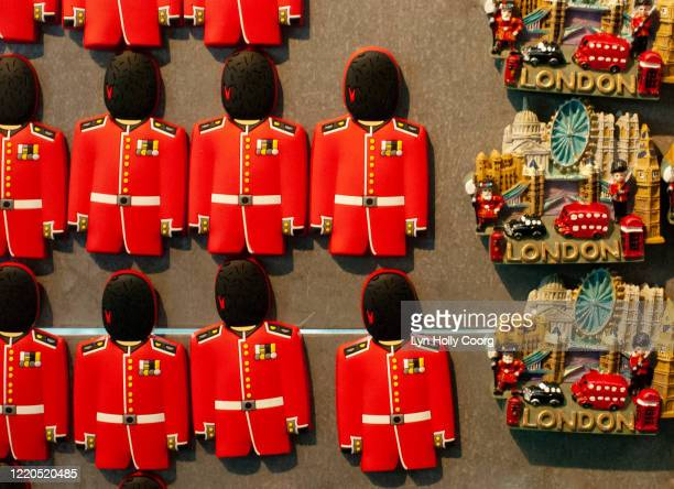 fridge magnets of london foot guards and tower bridge - lyn holly coorg stock pictures, royalty-free photos & images