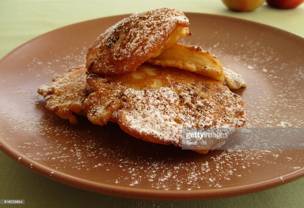 Fried apples on brown plate : Stockfoto
