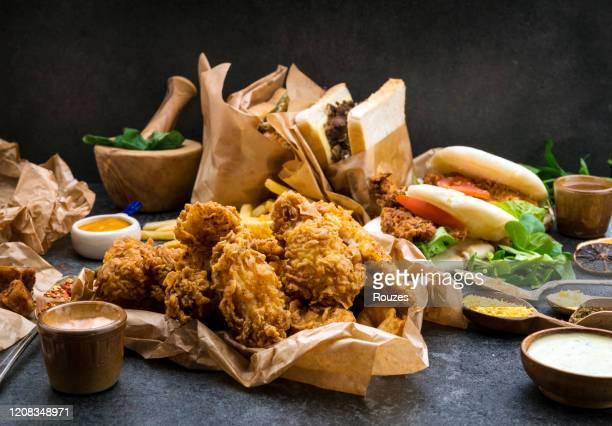 gebakken kip - portie stockfoto's en -beelden