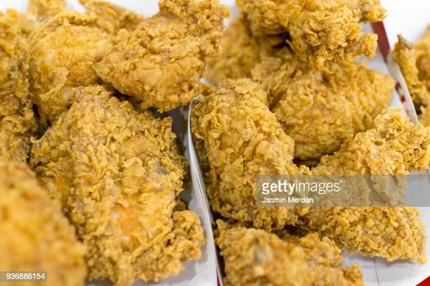 fried chicken - poulet frit photos et images de collection