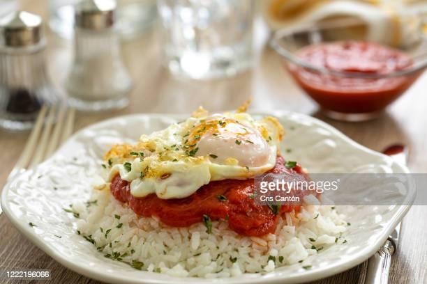 fried egg with rice - cris cantón photography fotografías e imágenes de stock
