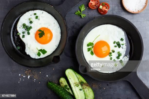 fried eggs in cast iron pan - huevo etapa de animal fotografías e imágenes de stock