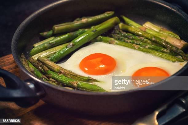卵、揚げたアスパラガス