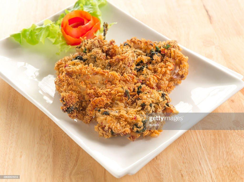 Peixe frito e salada é Comida tailandesa : Foto de stock