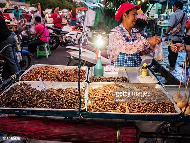 fried insetos para venda no mercado de chatuchak em bangkok - frito - fotografias e filmes do acervo