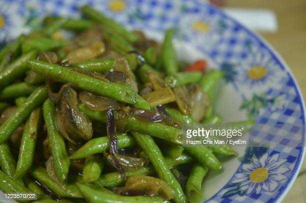 fried long bean with chicken liver on the plate - frische stockfoto's en -beelden