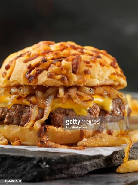 cheeseburger fritado da cebola em um bolo brindado do queijo com fritadas - cebola - fotografias e filmes do acervo