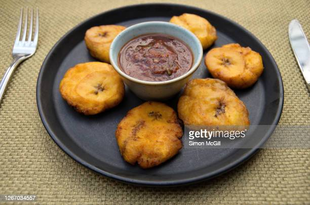 fried plantain chips with chilli dipping sauce - ハリスコ州 ストックフォトと画像