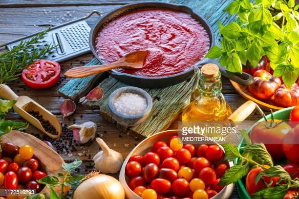 salsa de tomate frito con tomates sobre madera - cultura mediterránea fotografías e imágenes de stock