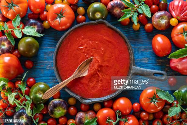 salsa de tomate frito con tomates sobre madera - salsa fotografías e imágenes de stock