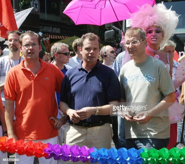 Friedbert Pflueger Spitzenkandidat der CDU Berlin mit Martin Lindner FDP und Volker Beck Die Grünen bei der Eröffnung des Christopher Street Day in...