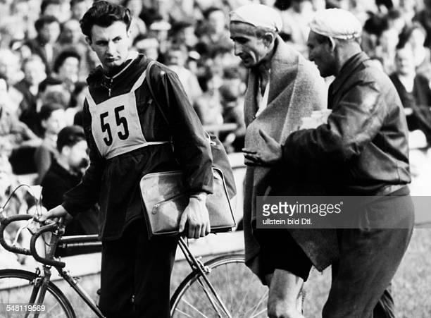 Friedensfahrt 1960, 11. Etappe: - Aranyi wird mit Decke über den Schultern gestützt - Mai 1960